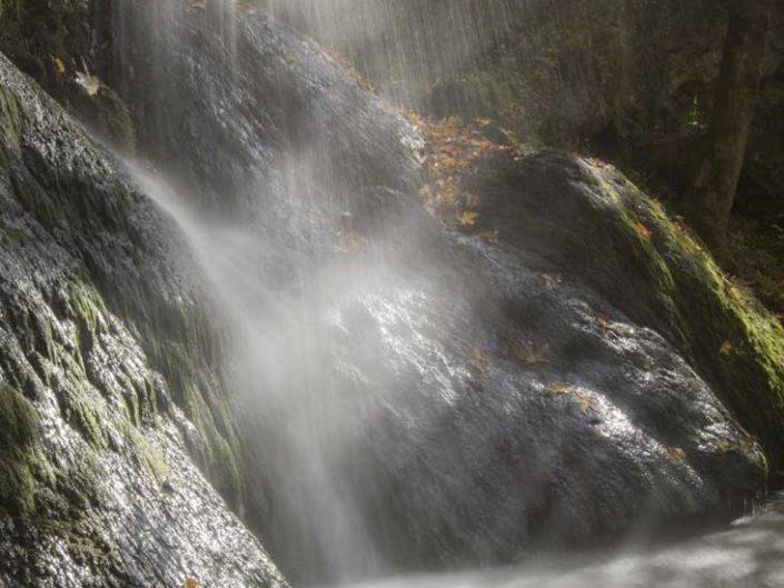 Filé d'eau au plus près d'une cascade