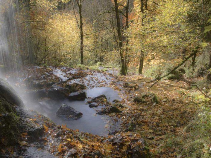 Filé d'eau derrière la cascade du Val