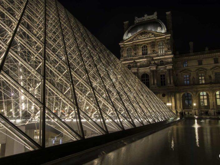 Photographie carreaux verre et métal Pyramides du Louvre