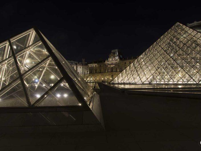 Photographie de nuit des Pyramides du Louvre