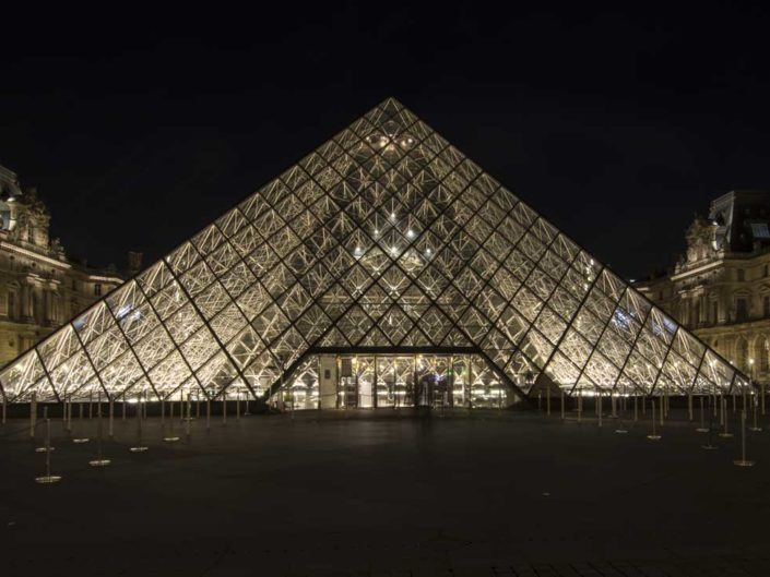 Photo nuit face musée Pyramides du Louvre
