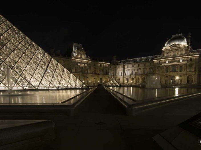 Photo nuit lignes et perspectives Pyramides du Louvre