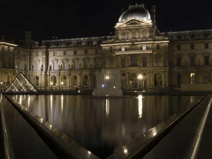 Photo nuit triangle eau Pyramides du Louvre