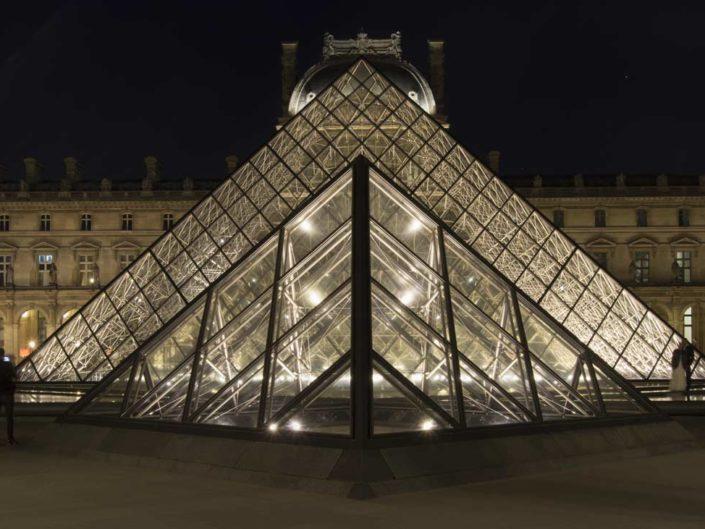 Photo symétrie axiale Pyramides du Louvre