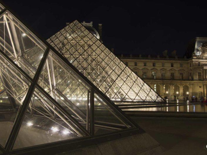 Photographie nuit volumes Pyramides du Louvre