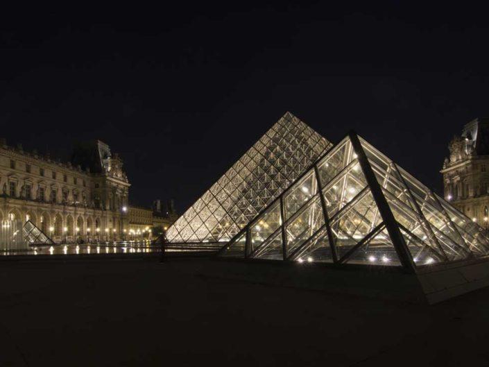 Photo nuit classique contemporain Pyramides du Louvre