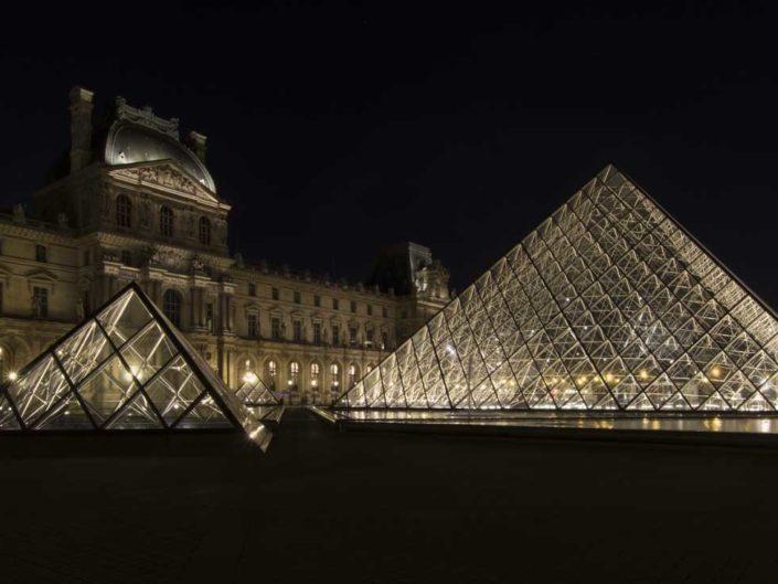 Pyramides du Louvre photographiées de nuit
