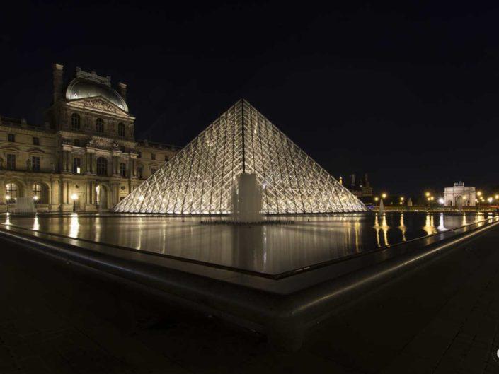 Ancienne résidence royale et Pyramides du Louvre de nuit