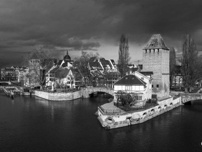 Photo de la Tour du Bourreau et l'Heinrichsturm dans une Strasbourg en noir en blanc