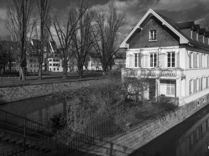 Photo de Strasbourg en noir et blanc avec vue sur Maison des Ponts Couverts