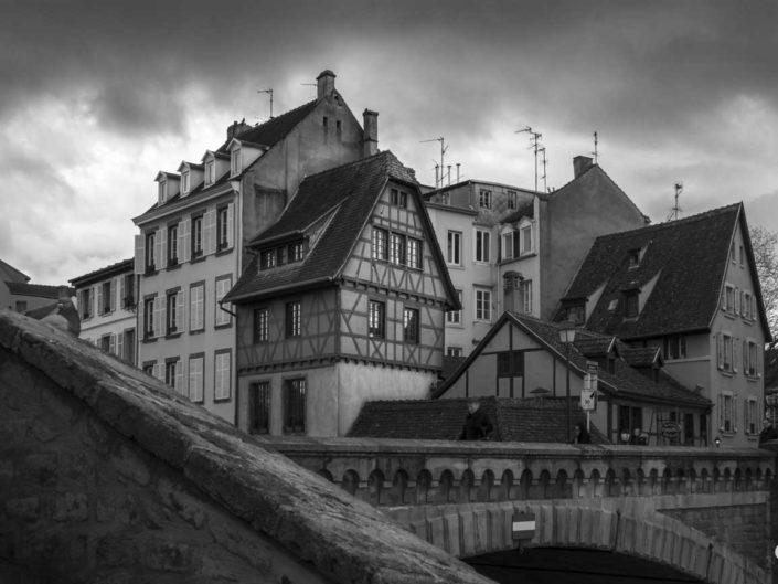 Strasbourg en noir et blanc au pied de la Tour Hans von Altheimturm