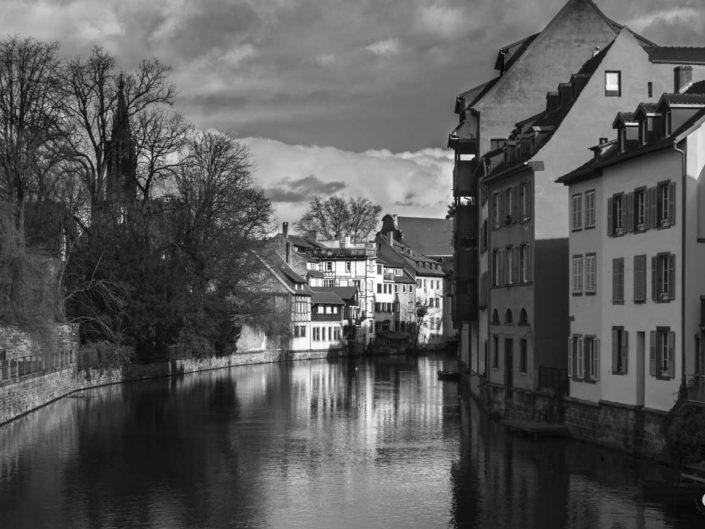 Canal Zornmühle sur photo de Strasbourg en noir et blanc
