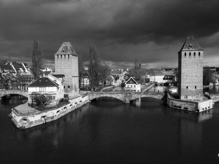 Photo de Heinrichsturm et Hans von Altheimturm dans une Strasbourg en noir en blanc