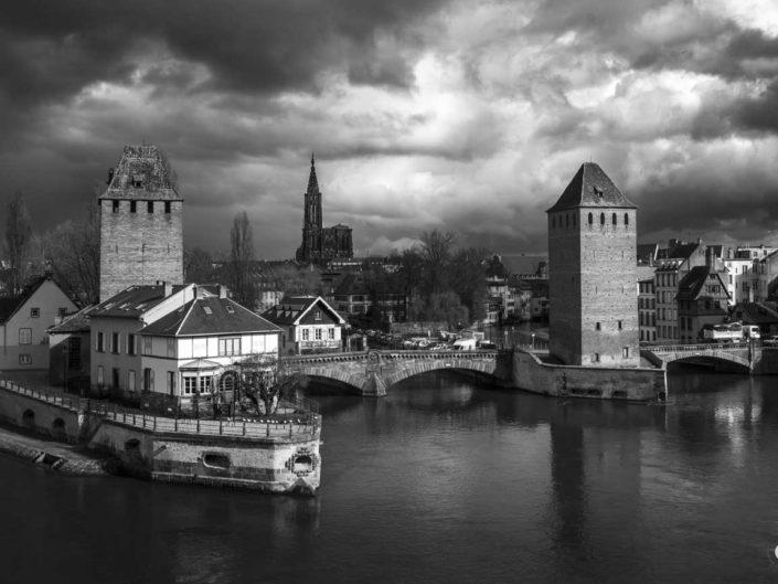 Photo de Strasbourg en noir et blanc depuis le barrage Vauban