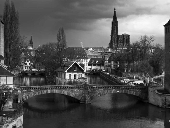 Photo de Strasbourg en noir et blanc avec vue sur canaux et cathédrale