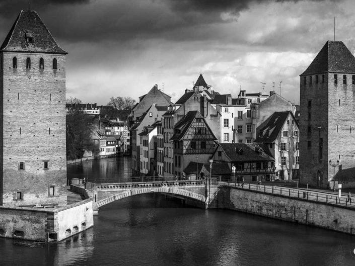 Vue sur Hans von Altheimturm et la Tour des Français dans une photo de Strasbourg en noir et blanc