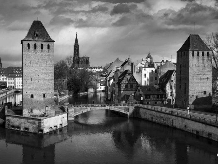 Hans von Altheimturm, cathédrale et Tour des Français dans une photo de Strasbourg en noir et blanc