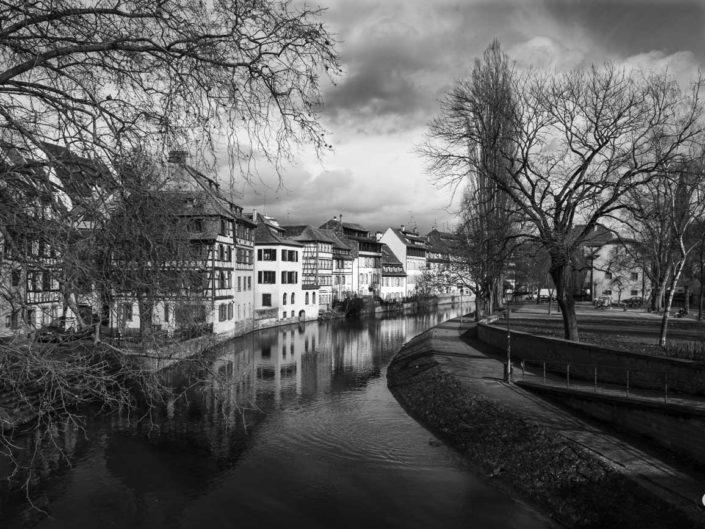 Canal de navigation de l'Ill dans une photo de Strasbourg en noir et blanc