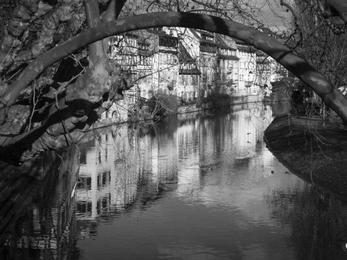 Photo Strasbourg en noir et blanc avec canal de navigation de l'Ill