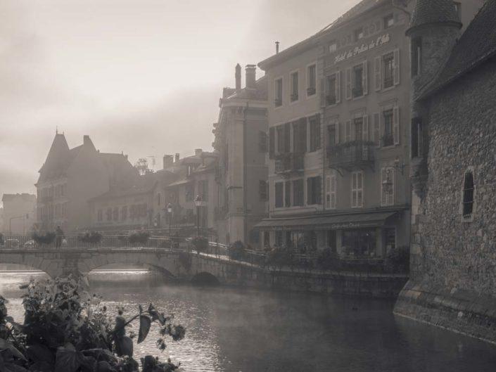 Photo virage partiel Thiou sous le brouillard