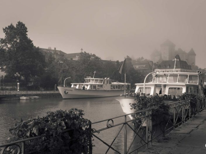 Photo virage partiel Château d'Annecy sous le brouillard