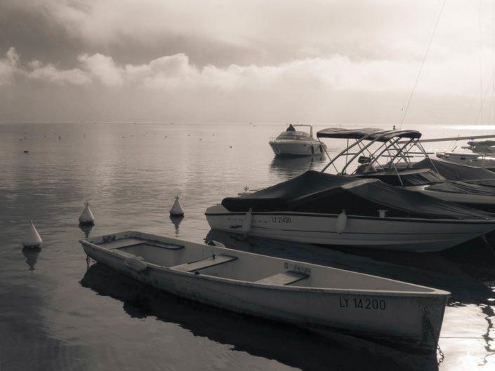 Photo virage partiel bateaux amarrés sur lac d'Annecy