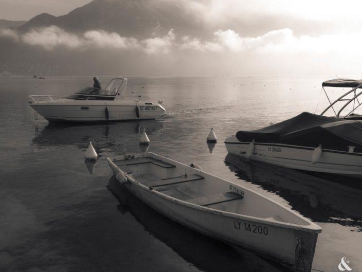 Photographie virage partiel bateaux lac d'Annecy brumeux