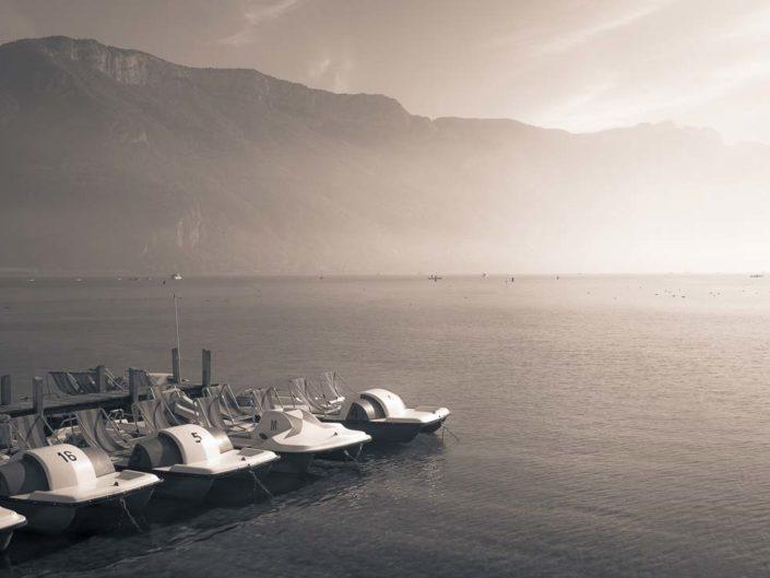 Lac d'Annecy, montagnes et pédalos sur photo en virage partiel
